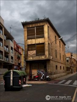 Casa, contenedores y motos