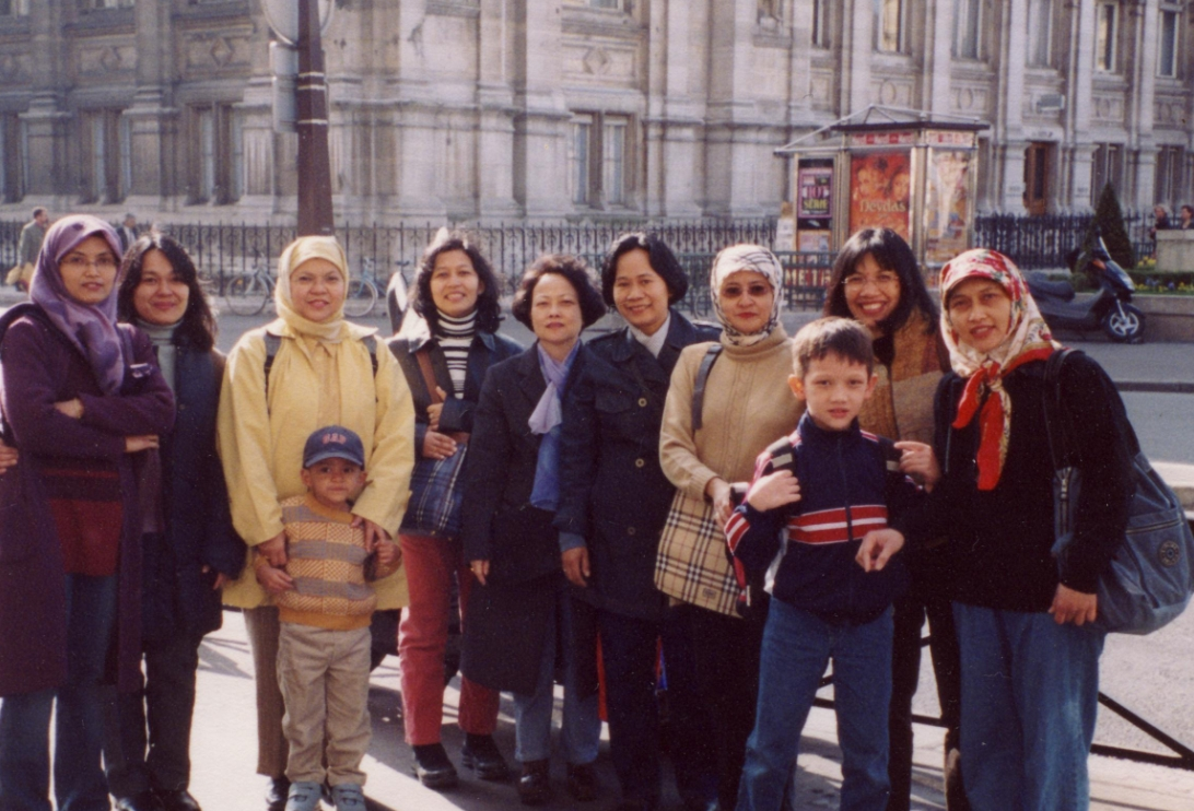 penulis ( paling kiri) berfoto bersama teman-teman di Hotel de Ville