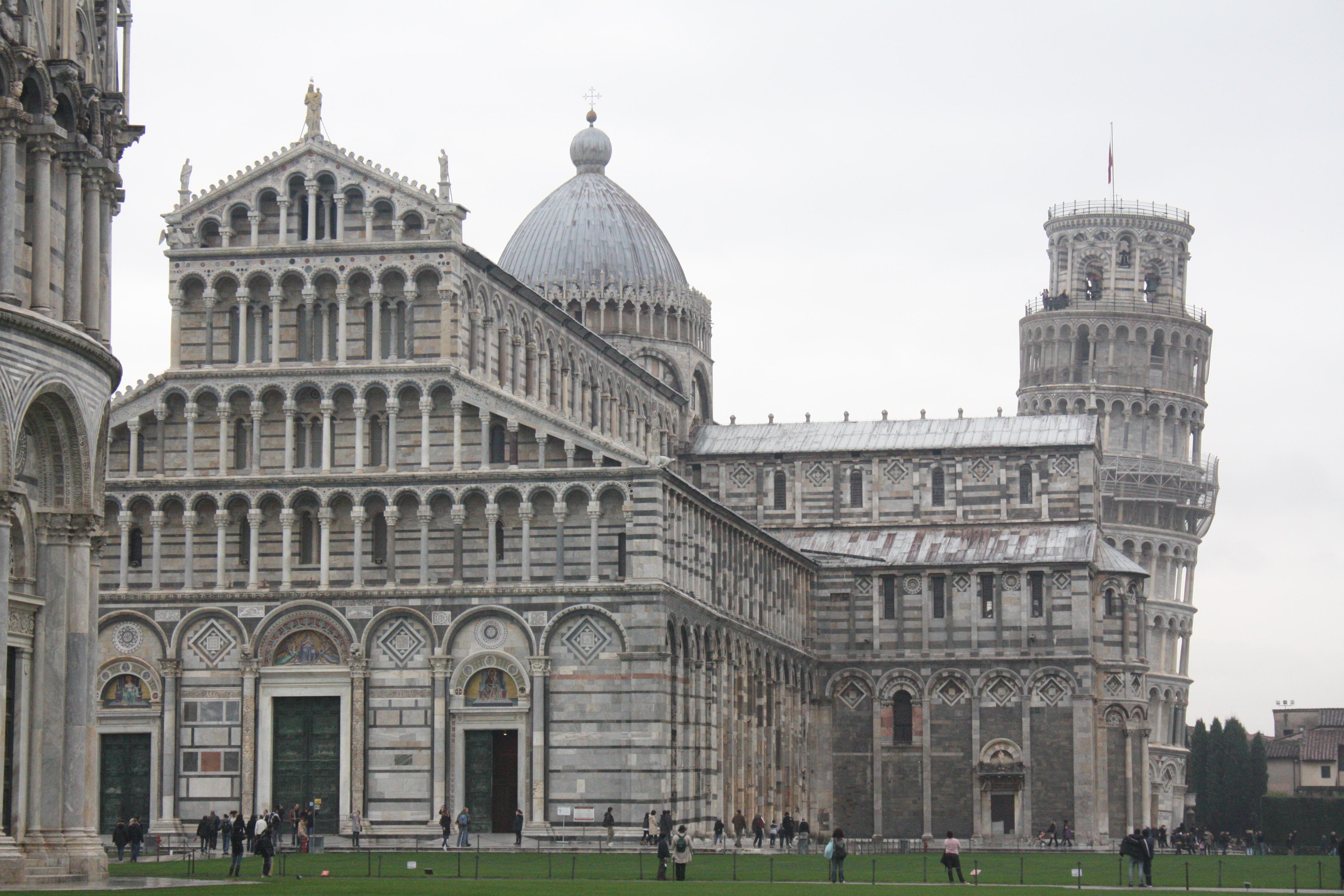 Menara Miring Pisa dan Kathedral di depannya