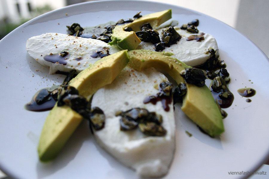 Avocado-Mozzarella mit Kürbiskernpesto