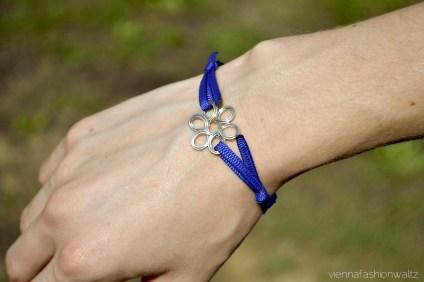 http://viennafashionwaltz.wordpress.com/2013/08/13/diy-armband-aus-stoffbandern/