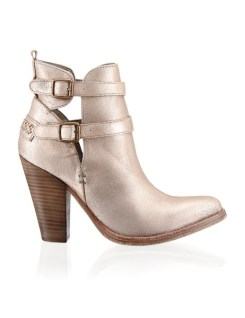 Cut out Booties um200€ http://www.stiefelkoenig.com/at/Damen/WomensShoes/Boots-Stiefeletten/Guess-Glattleder-Stiefelette--1243602404?related-search=%2FWomensShoes-category%2FBoots-Stiefeletten-producttype&index=24