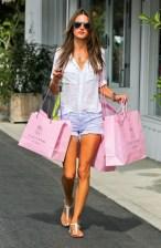 Alessandra Ambrosio www.stylebistro.com_lookbook_Denim+Shorts_iJUenAJp2YZ