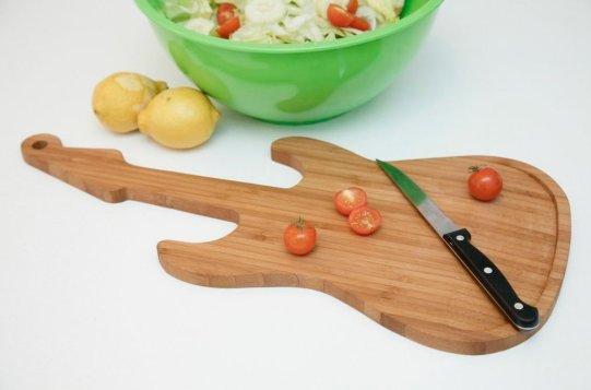 Schneidebrett aus Holz um 27€ http://www.amazon.de/Kikkerland-PM16-Schneidebrett-Gitarre/dp/B00IEV7G4K/ref=sr_1_14?s=kitchen&ie=UTF8&qid=1407744848&sr=1-14&keywords=Gitarre