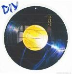 http://viennafashionwaltz.wordpress.com/2014/10/28/diy-upcycling-ohrringe-display-aus-vinyl-earring-dremel-wohnen/