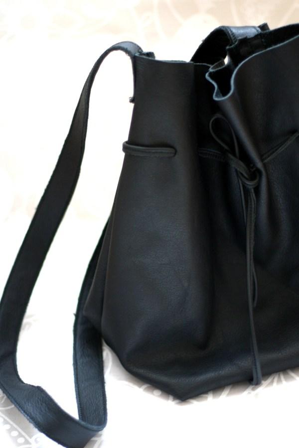 Bucket Bags sind momentan total im Trend. Wieso nicht einfach eine DIY Bucket Bag aus Leder im Stil von Mansur Gavriel selber machen?