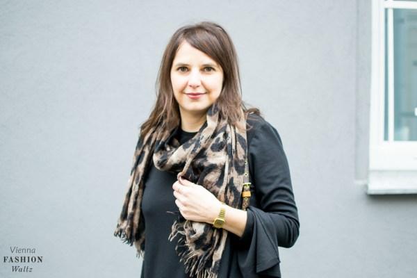 fashion-food-lifestyle-blog-wien-austria-osterreich-www-viennafashionwaltz-com-all-black-outfit-look-black-dress-11-von-50