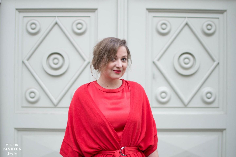 """How to wear a Red All Over Outfit   Die Farbe """"Rot"""" ist momentan viel auf den Laufstegen der Designer zu sehen. Besonders in den Kollektionen von Max Mara, Mansur Gavriel und Armani habe ich viel in Rot entdeckt..."""