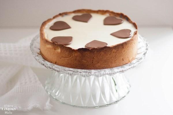Valentinstagstorte Cheesecake mit Kirschen, weißer Schokolade und Schokoherzen