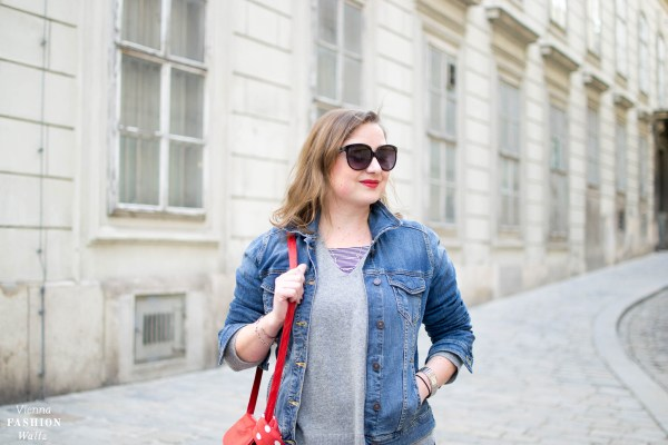 Dark Denim Outfit mit Streifen Sneakers und Kaschmir Pulli | Dark Denim Jeans Streetstyle, Outfit, Denim All Over, Jeansjacke, Statement Sneakers mit Streifen von Deichmann, Vintage Bally Bag, Fashion Trends