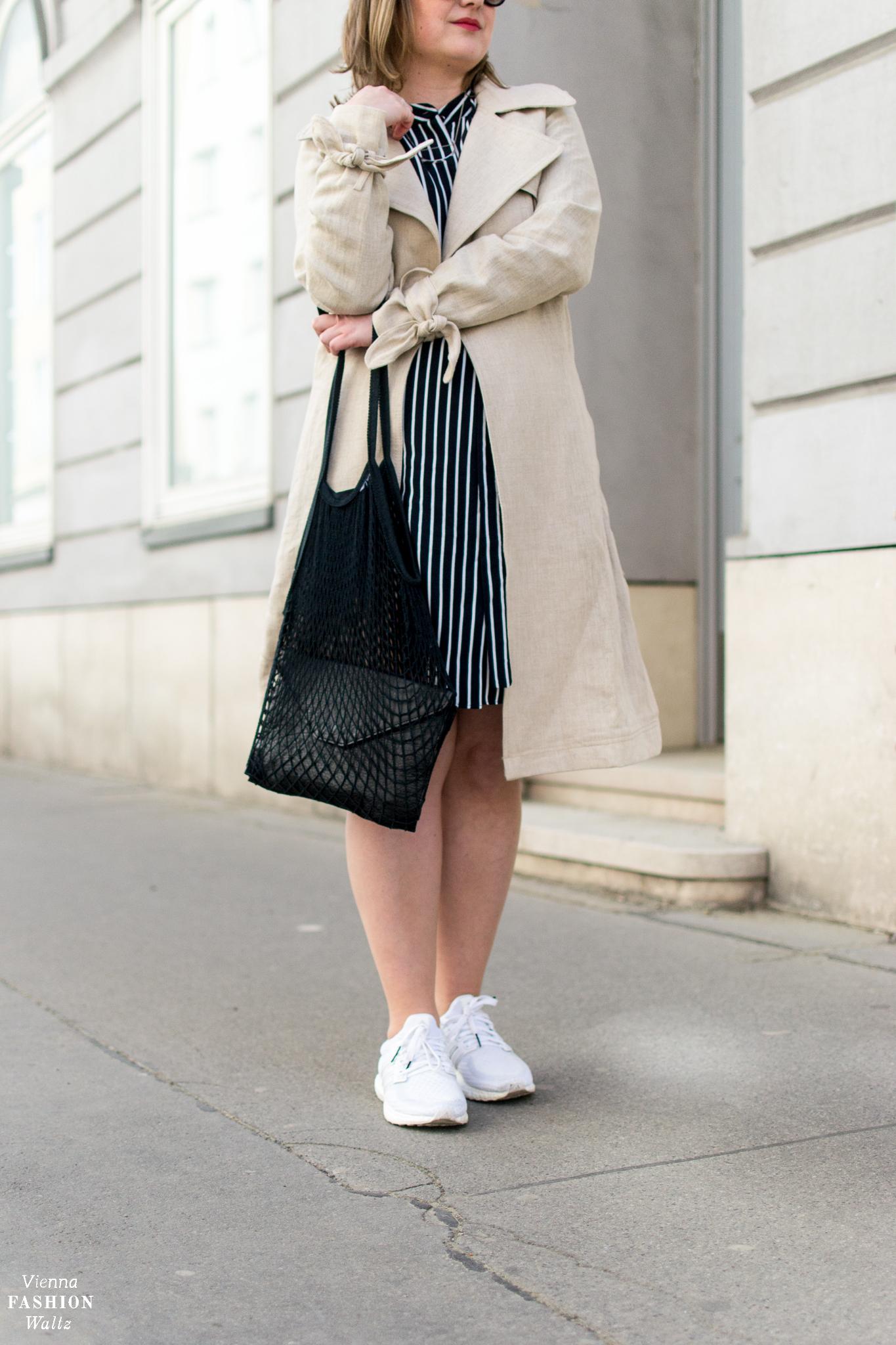 Die richtige Pflege von Leinen | Ein Trenchcoat aus Leinen zum Streifenkleid | Fashion Trends | Streetstyle Vienna | Outfit | Adidas Ultra Boost Triple White