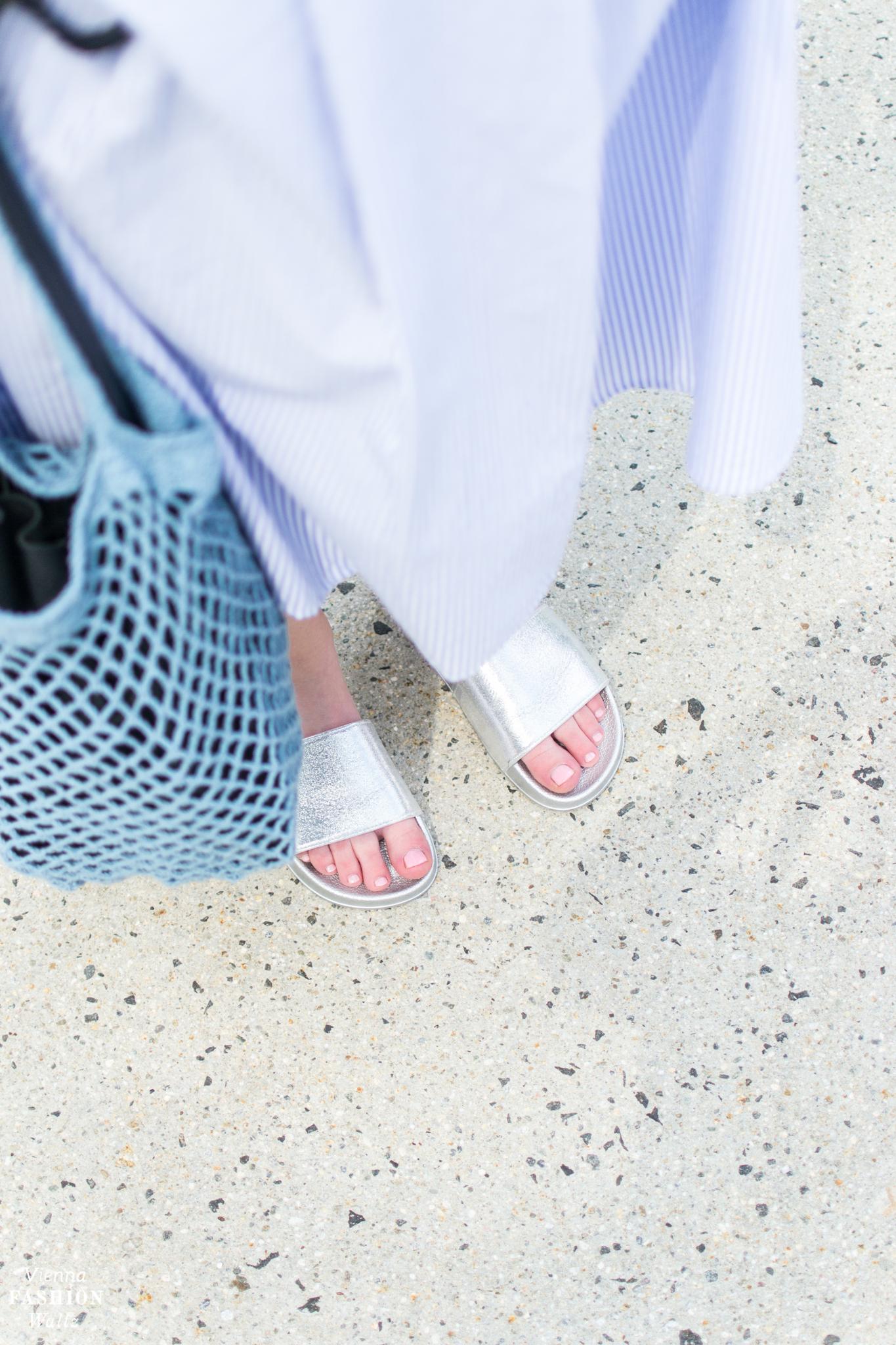Das perfekte Sommer Outfit mit Streifenrock und Pantoletten | Streetstyle, Bloggerstyle, Fashion Trends, Sommer Look | Streifen, Midi-Rock, metalic silber Pantoletten via Deichmann, stripes