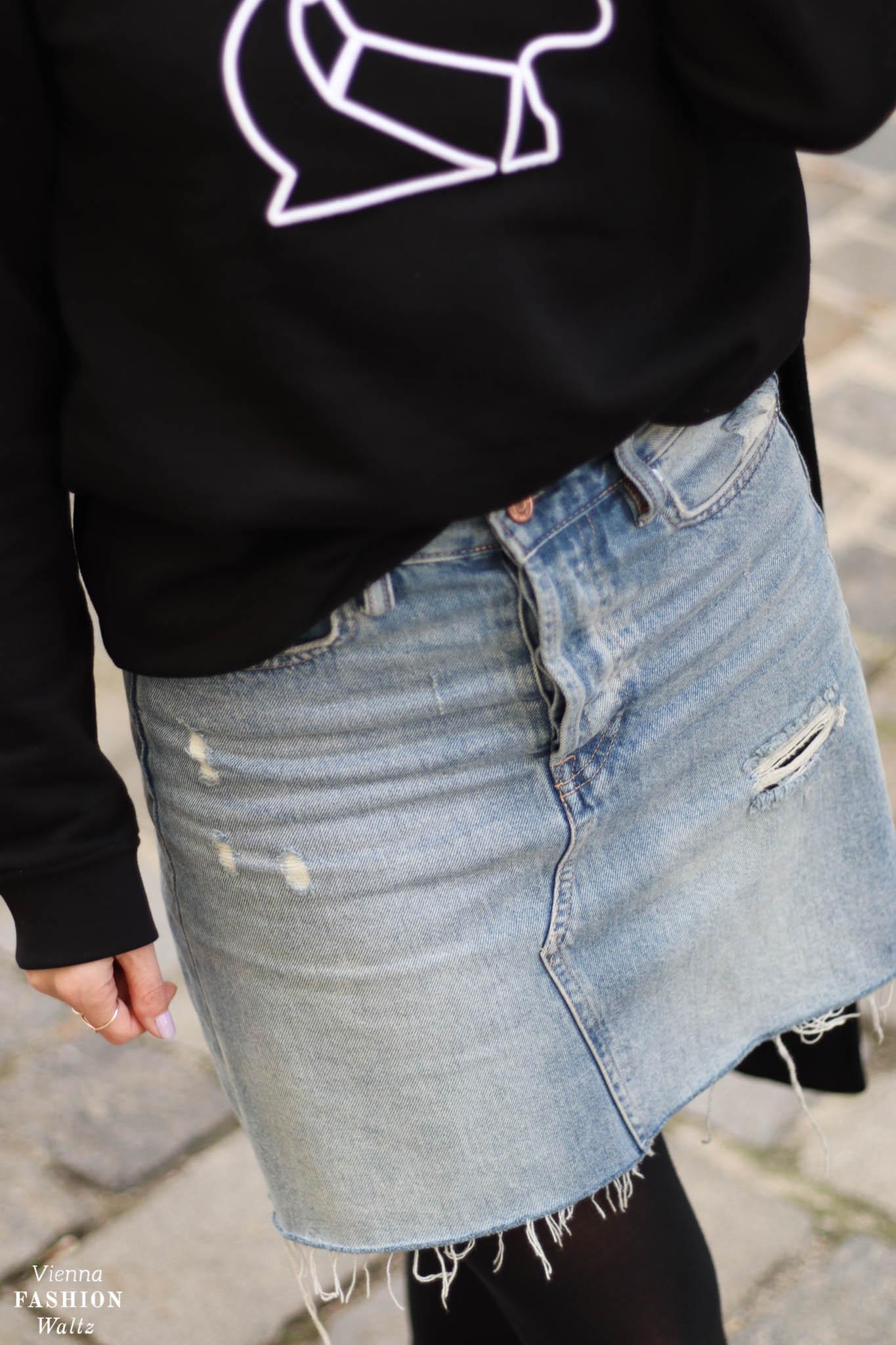 Sweater Weather mit Karl Lagerfeld und H&M Jeansmini, Swarovski Brille Falke Strumpfhose Blog
