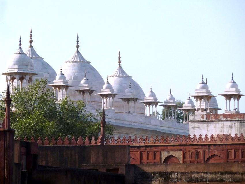 Coupoles de marbre blanc au fort rouge d'Agra