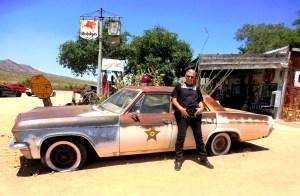 voiture de shérif sur la route 66
