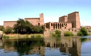 Temple égyptien près d'un lac