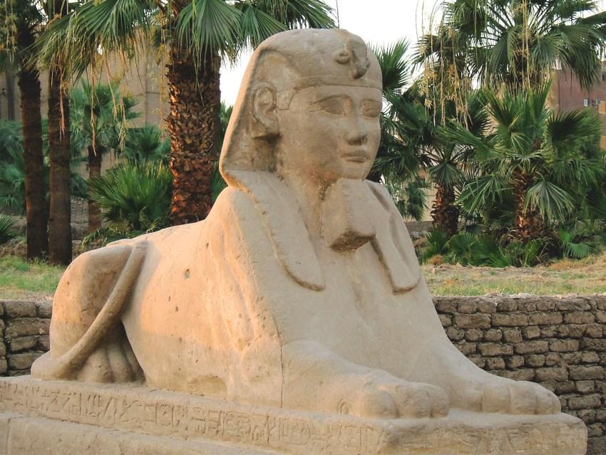 Sculpture lion à tête humaine