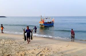 Marari Beach avec bateau et pêcheur