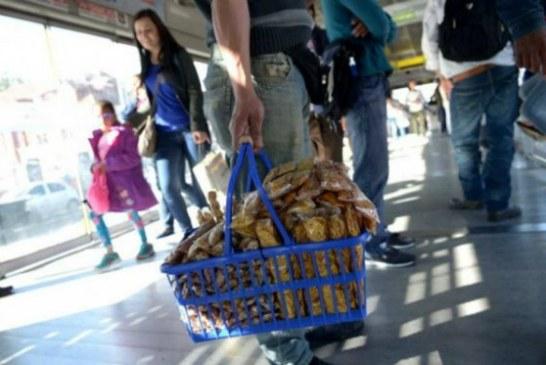 En el 95% de Transmilenio hay presencia permanente de vendedores ambulantes