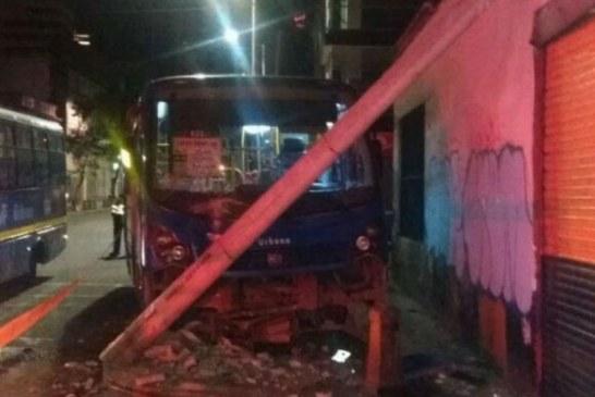Conductor del SITP chocó contra un poste tras intento de atraco en el centro de Bogotá