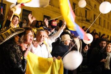Celebración del nuevo acuerdo en el campamento de paz de la Plaza de Bolívar