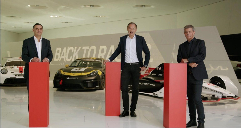Vanuit het Porsche-museum spraken Michael Steiner, bestuurslid technische ontwikkeling, Oliver Blume, voorzitter van de raad van bestuur en Fritz Enzinger, hoofd Porsche Motorsport, de kijkers toe. (Foto: screenshot)