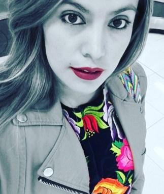 Con blusa bordada del Istmo de Tehuantepec, Oaxaca.
