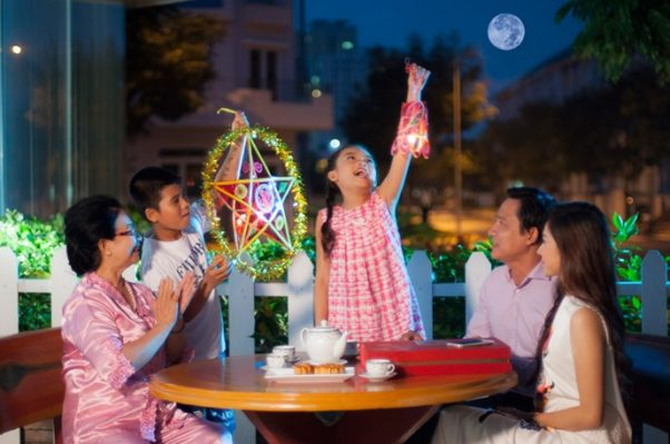In the time of full-moon, people often look at the moon to enjoy its beauty. The moon also reminds them of their families and homeland.