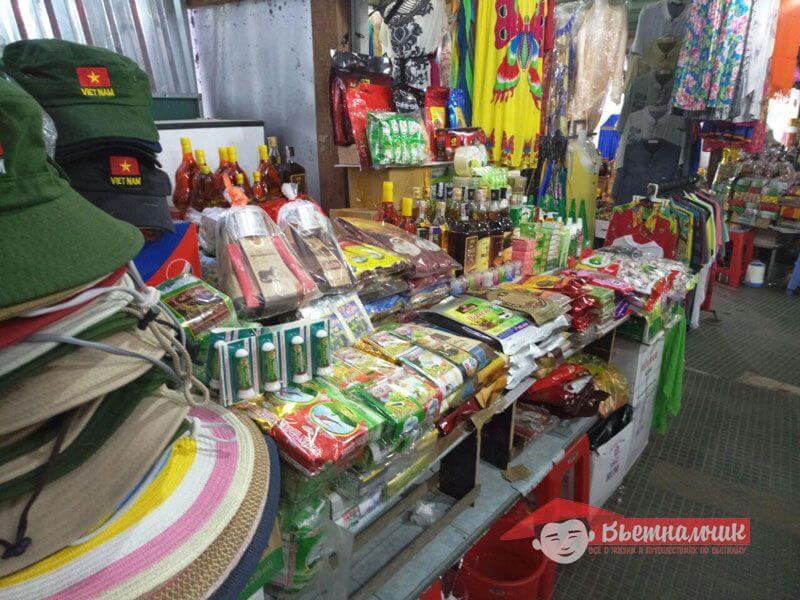 Продажа сувениров на рынке Cho Dam