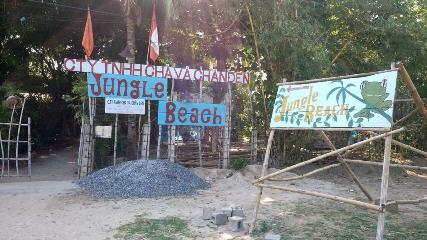 Вывеска резорта Jungle Beach