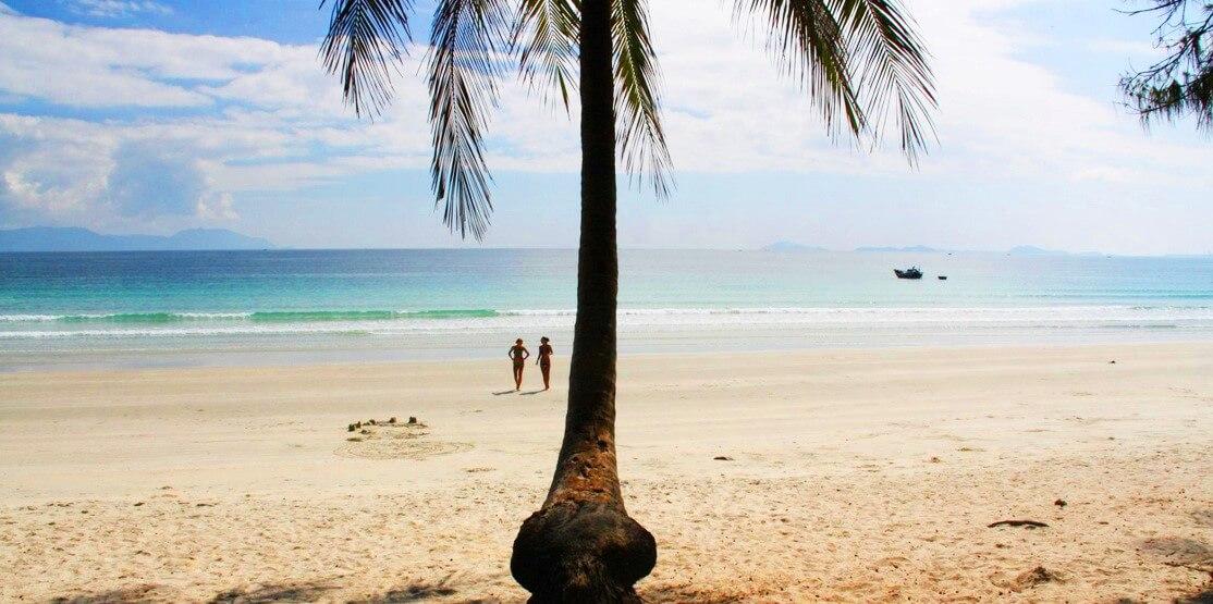 Красивейший пляж во Вьетнаме. Двое бегут по пляжу в сторону моря