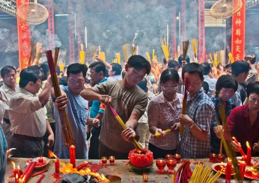Вьетнамцы в храме в первый день года