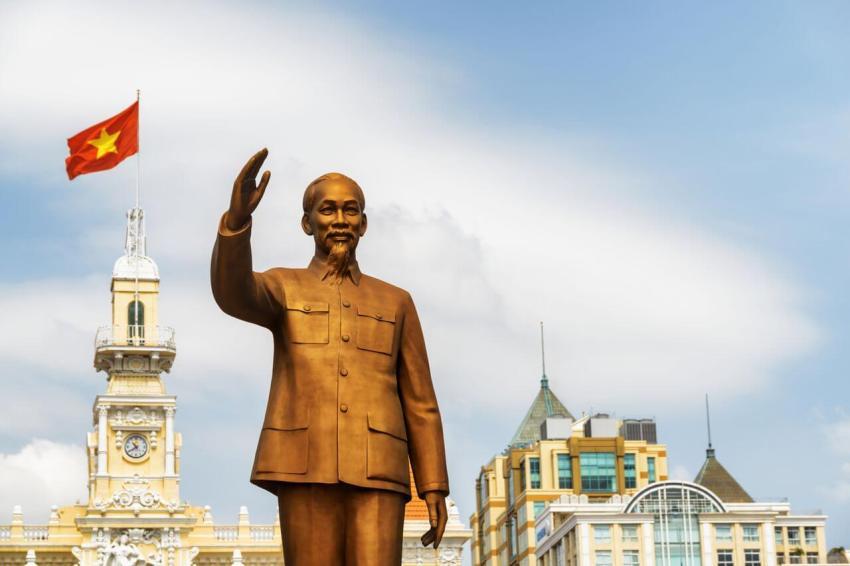 Бронзовая статуя Хошимина во Вьетнаме (г. Сайгон)
