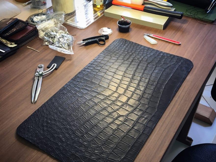 Обработка крокодиловой кожи
