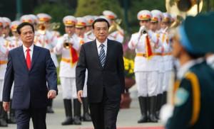 Ảnh: Kham Thủ tướng Nguyễn Tấn Dũng của Việt Nam, ở bên trái, và Thủ tướng Lý Khắc Cường của Trung Quốc tại một buổi lễ chào đón tại Phủ Chủ tịch- Hà Nội.