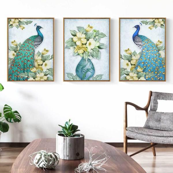 Tranh chim công và bình hoa trang trí phòng khách