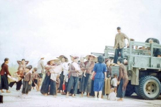 Người dân Miền Nam đón tiếp đồng bào Miền Bắc di cư vào Nam, Sài Gòn tháng 6/1954   photo by Rufus Philips