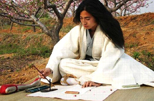 A lifestyle hermit practicing calligraphy in the spring field under peach trees