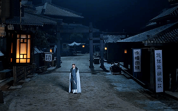 Mei Changsu walking on an empty night market alone