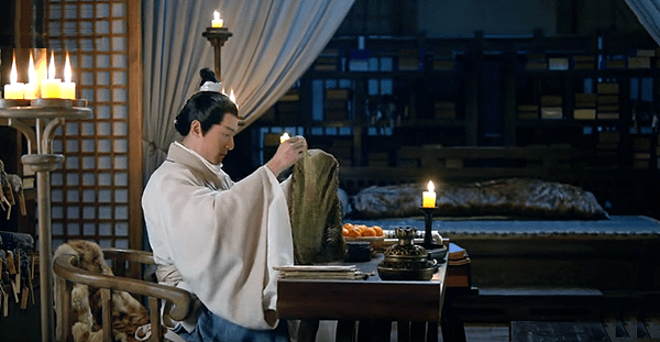 Mei Changsu preparing gift