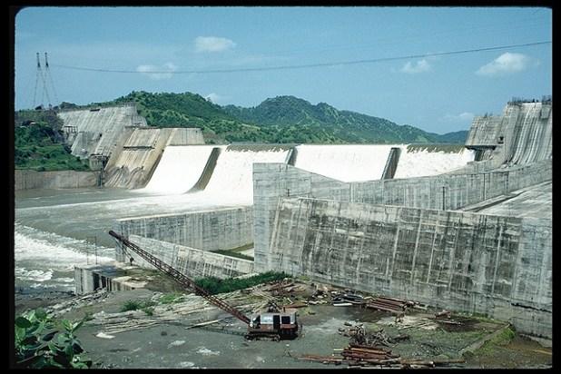 Construction of te Sardar Sarovar Dam. (Photo by International Rivers)