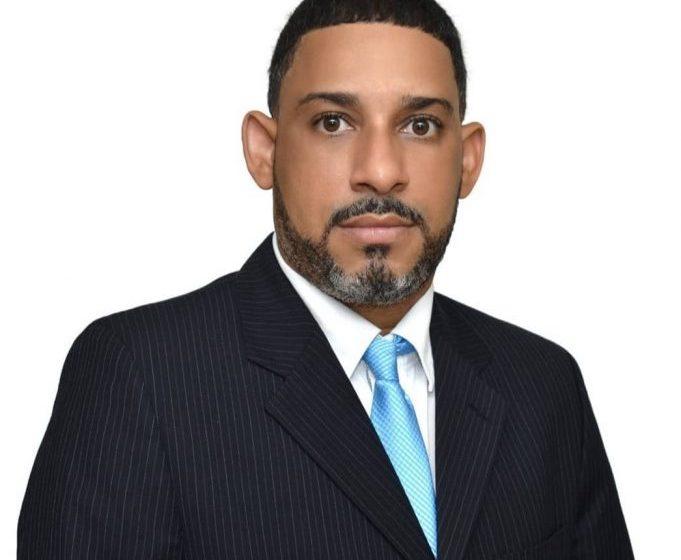 Enrique Cabral Coronado inscribe candidatura a defensor del Pueblo