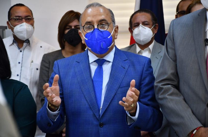 Dejan ingresado al ministro de Salud en centro médico de Santiago por COVID-19