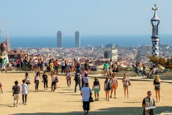 España aprueba ayudas a turismo y rebaja alquileres