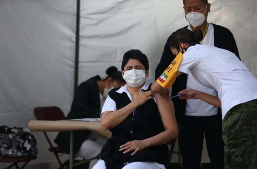 Vuelan hacia México 42,900 nuevas vacunas de Pfizer contra la covid-19