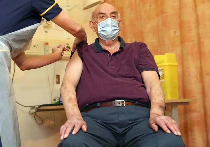Aplican por 1ra vez la vacuna de AstraZeneca contra el COVID