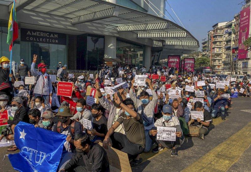 Policía de Myanmar actúa contra protestas por el golpe