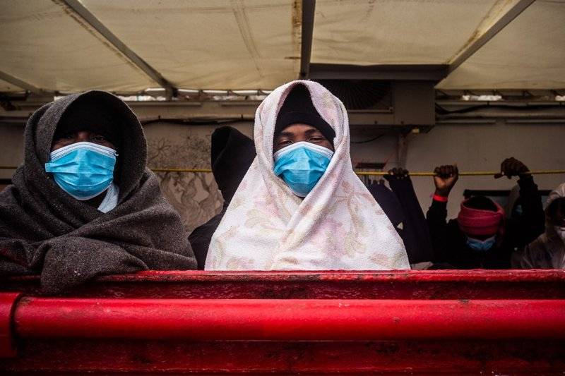 Buque con 422 migrantes se dirige a Sicilia