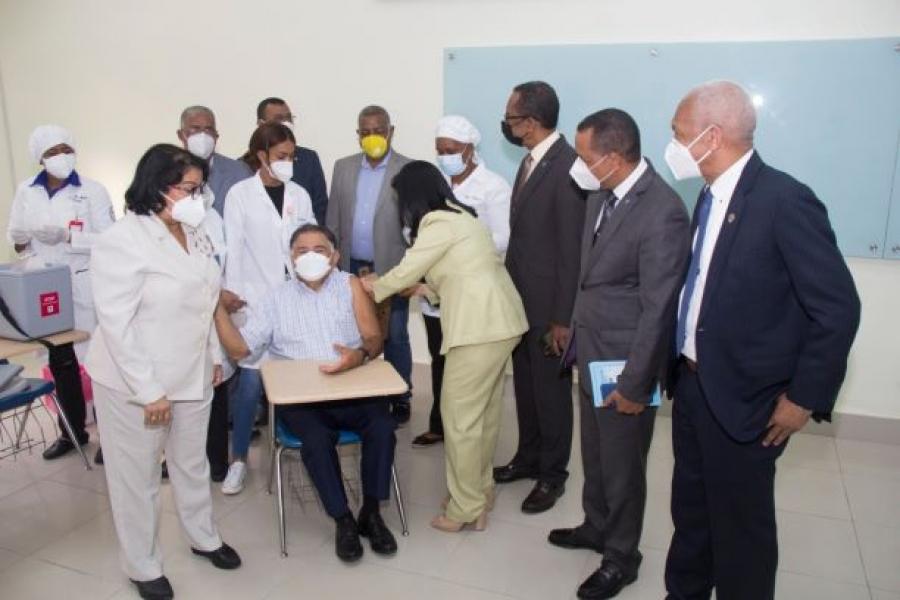 UASD instala puestos de vacunación para mayores de 70 años