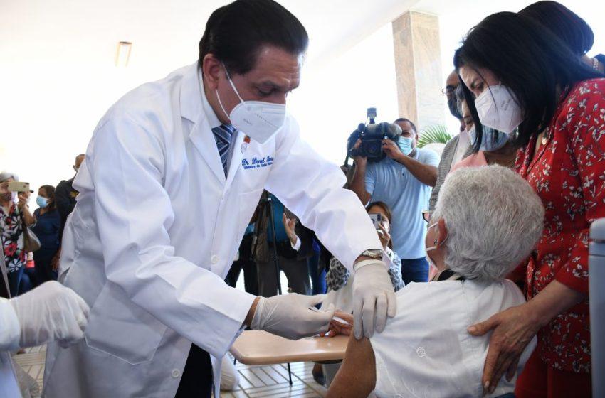 Ministro de Salud exhorta a la población a usar plataforma digital para agendar citas de vacunación contra la COVID-19
